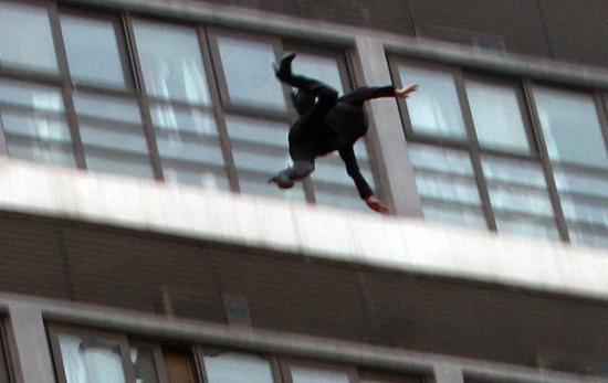 女子坐楼顶天台外痛哭离去时滑落