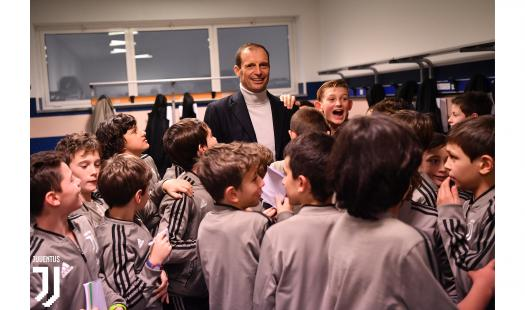 8岁迷你罗带着爹和同学开年会:呲牙笑 合照全满足